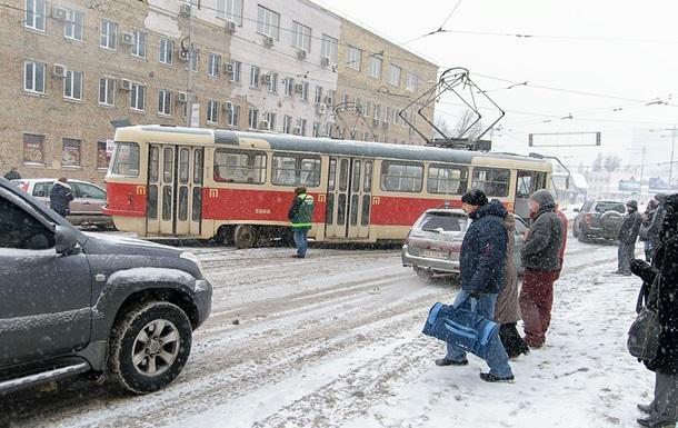 У Києві через снігопад трамвай зійшов з рейок