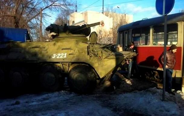 В Днепропетровске БТР врезался в трамвай