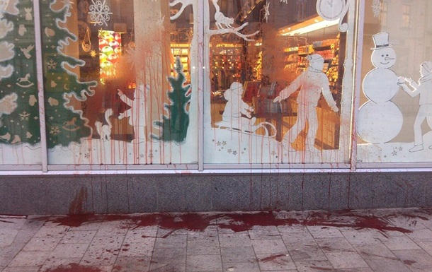 Во Львове облили красной краской магазин Roshen