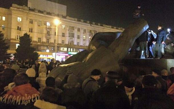 В Днепропетровске снесли памятник Петровскому
