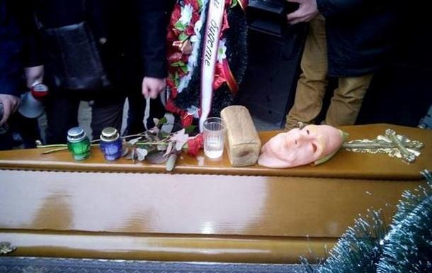 Во Львове к Альфа-банку принесли гроб и венки