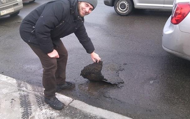 В Киеве после ремонта дороги отклеился асфальт