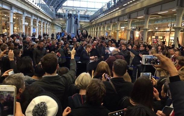 Элтон Джон выступил на лондонском вокзале