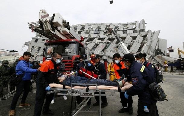 Сотни жителей Тайваня остаются под руинами после землетрясения
