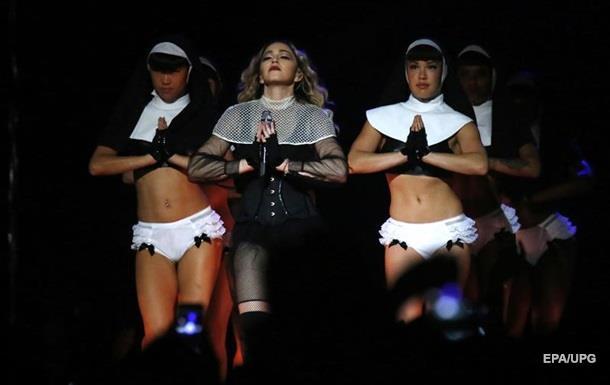Мадонна запуталась в фате на сцене
