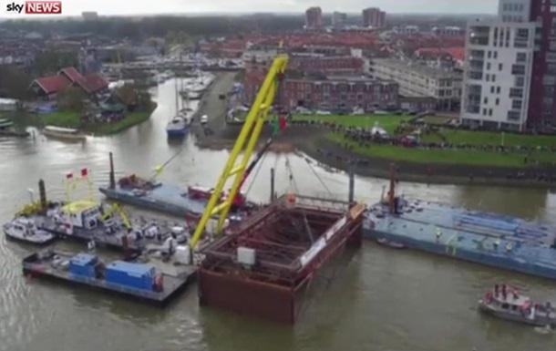 В Голландии из-под воды подняли старинное судно