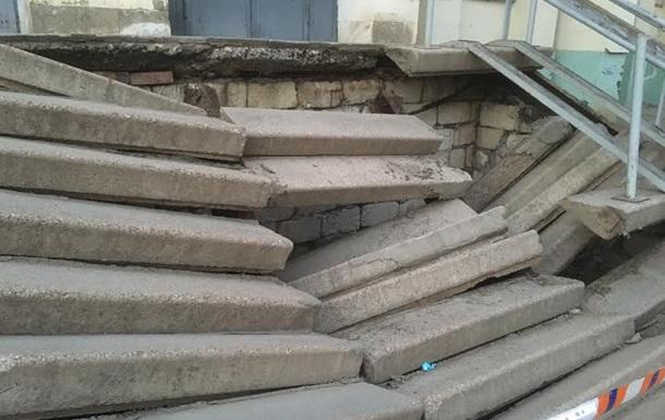 В Симферополе в поликлинике обрушилась лестница