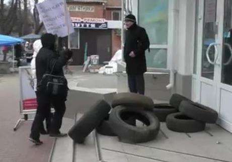 В Полтаве возложили шины к Альфа банку