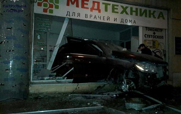 В Одессе пьяный водитель влетел в магазин