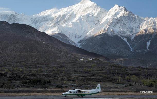 Пассажирский самолет пропал в горах Непала