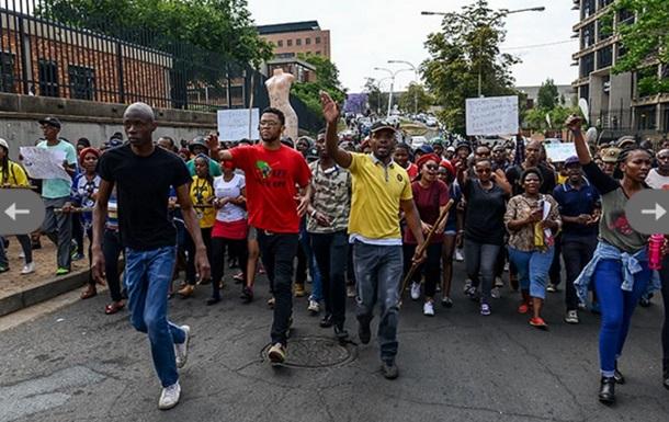 В ЮАР протестующие студенты подожгли университет