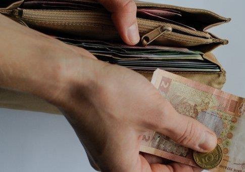 Яку зарплату українці назвали достойною
