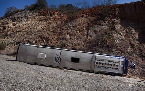 В Мексике туристический автобус упал в ущелье: есть жертвы