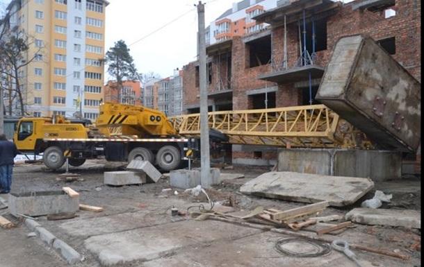 Под Киевом упал башенный кран: есть жертвы