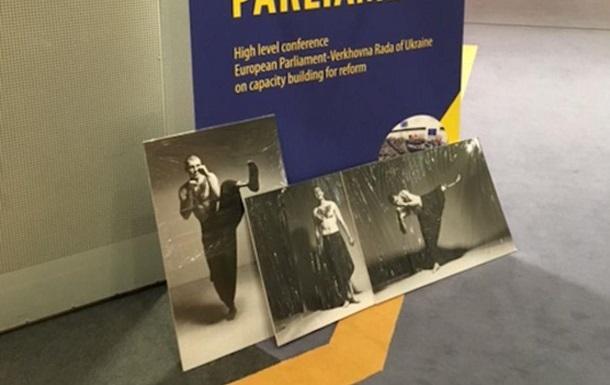 В Європарламенті прибрали фото бійця АТО зі свастикою