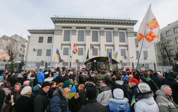 Беспорядки у русского посольства вКиеве: ночью разбили машины, днем забросали яйцами