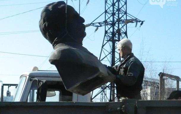 В Запорожье снесли бюст Орджоникидзе