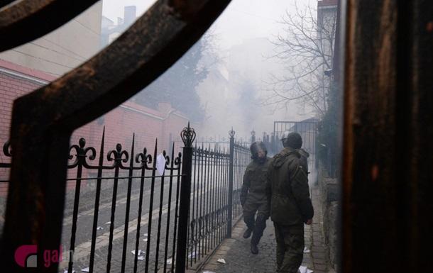 Атаки на консульство РФ: дымовые шашки и потасовки