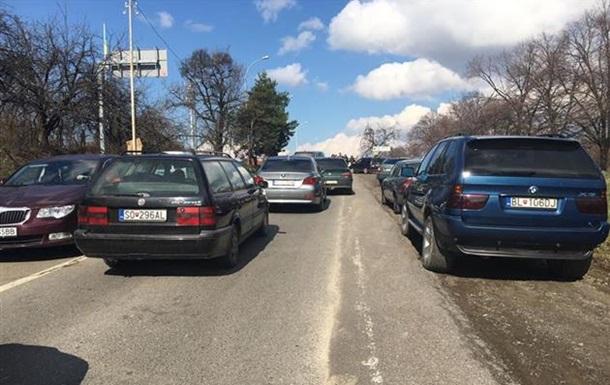 На Закарпатье десятки водителей заблокировали КПП