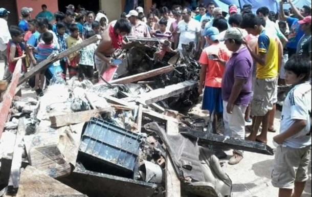 В Боливии легкомоторный самолет упал на рынок: есть погибшие