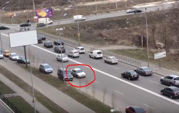 В Киеве автолюбитель оригинально объехал пробку