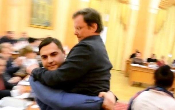 Заму Саакашвили Саше Боровику подарили букет роз и  вынесли из зала на руках