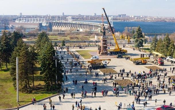 Ильич не сдается. В Запорожье памятник Ленину демонтируют вторые сутки