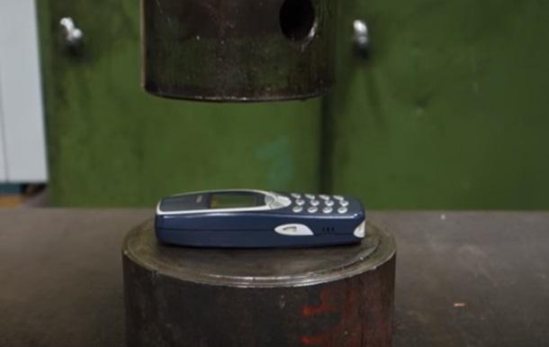 Nokia 3310 испытали гидравлическим прессом
