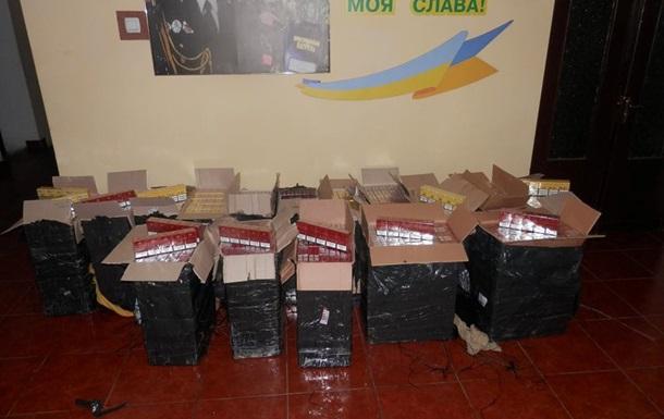 На Закарпатье задержали автомобиль с тысячами пачек сигарет