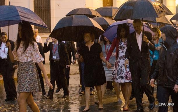 Обама с семьей осмотрел Старую Гавану под проливным дождем