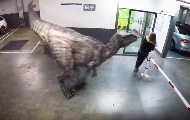 Розыгрыш с  настоящим динозавром  стал хитом