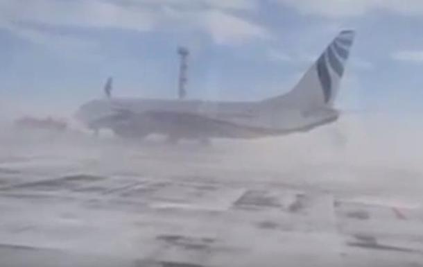 В аэропорту российского Норильска ветер развернул Боинг