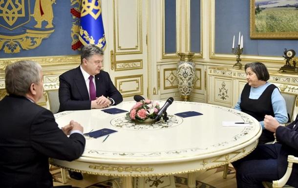 Порошенко рассказал маме Савченко, как будет  давить  на Россию