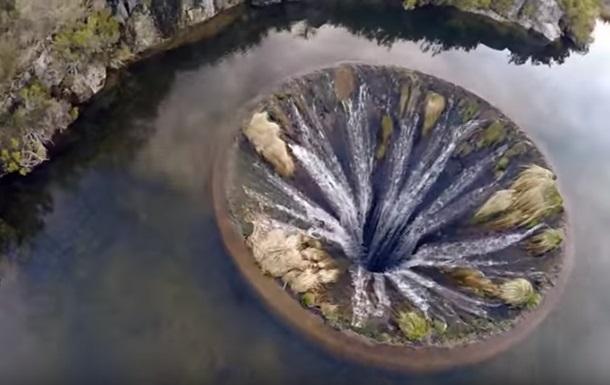 Видео гигантской воронки стало хитом сети
