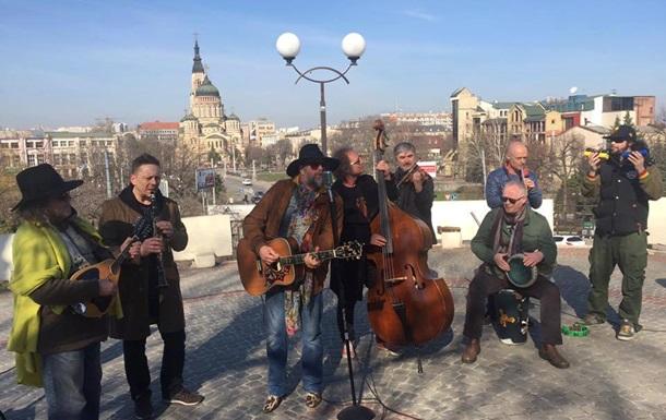 Гребенщиков заспівав на вулиці Харкова