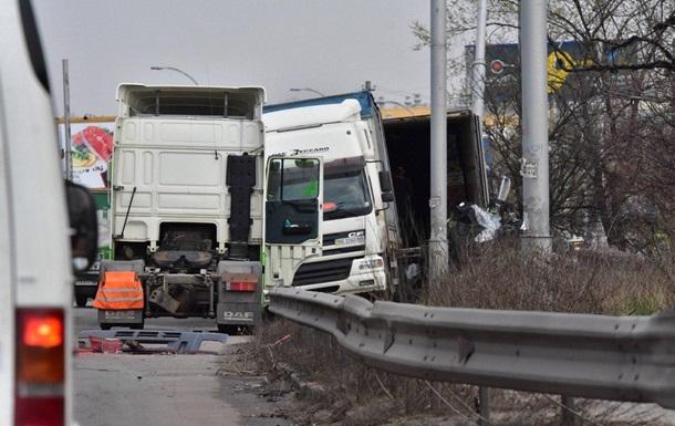 Авария с фурой в Киеве парализовала трассу