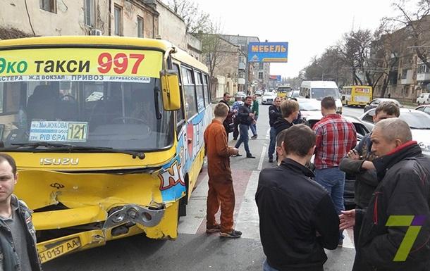 В Одессе водитель BMW влетел в маршрутку