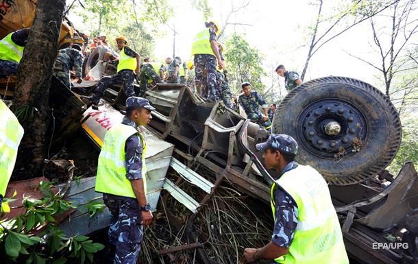 В Непале автобус сорвался в 200-метровую пропасть