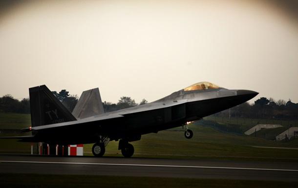 До Британії прибули новітні винищувачі F-22 зі США