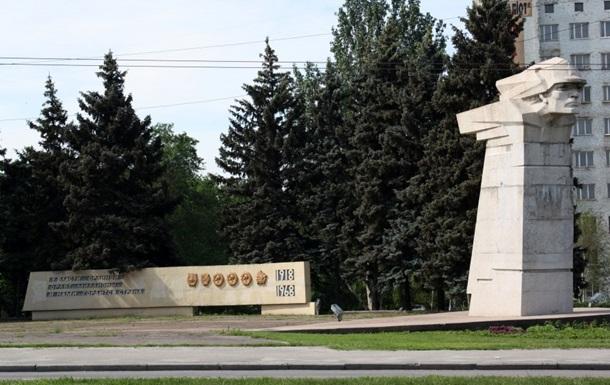 В Запорожье начали демонтаж памятника Тревожной молодости