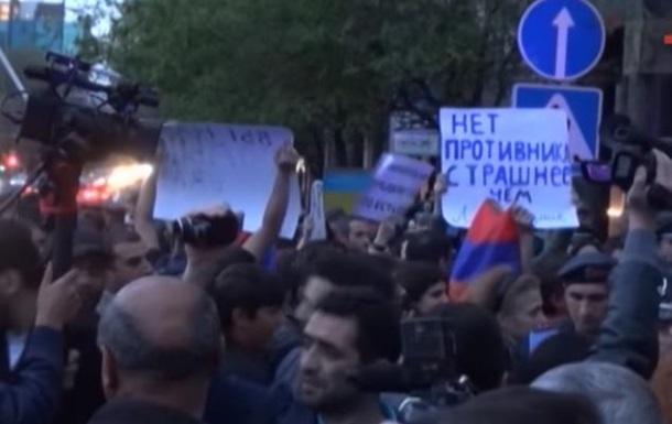 В Ереване посольство России забросали яйцами