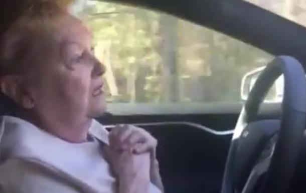 Відеохіт: реакція бабусі на Tesla з автопілотом