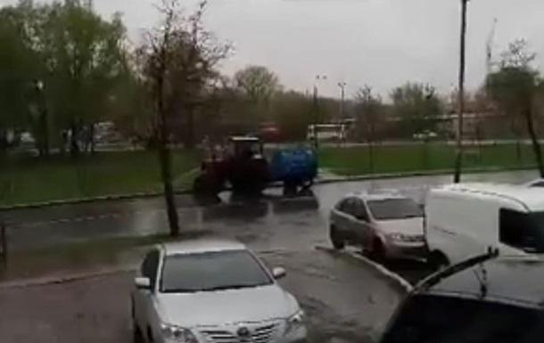В Киеве деревья поливают во время дождя