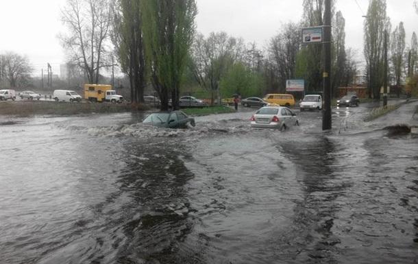 В Киеве ливень полностью затопил две улицы