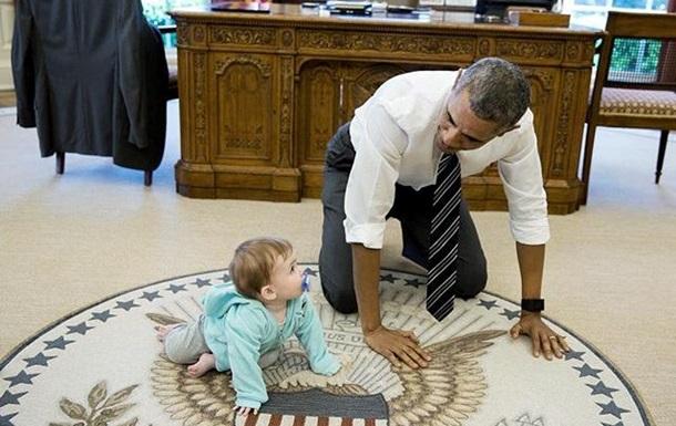 Обама встал на четвереньки вместе с ребенком