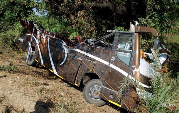 В Индии при падении автобуса в ущелье погибли 25 человек