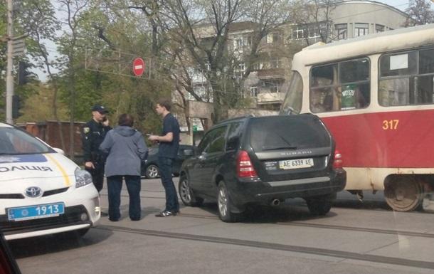 В Харькове Subaru врезался в трамвай