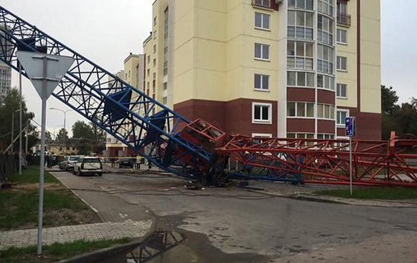 В Умани строительный кран упал на автомобиль