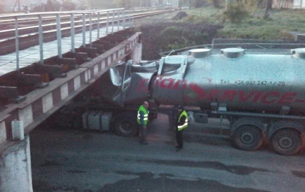 Во Львове бензовоз застрял под мостом