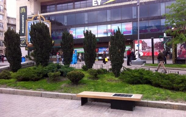 В центре Киева установили первую лавочку на солнечных батареях